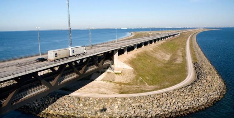 oresund-bridge-tunnel-connects-denmark-and-sweden-14