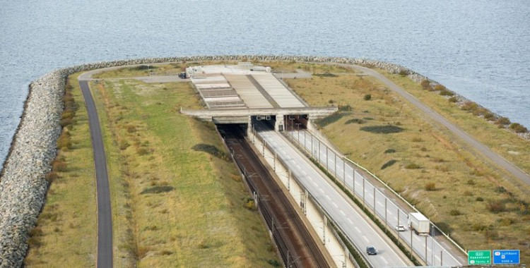 oresund-bridge-tunnel-connects-denmark-and-sweden-4